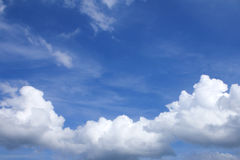 Niebieskie niebo z chmurami pięknymi w naturze Obrazy Stock