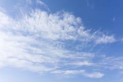 Niebieskie niebo z chmurami unosi się wszędzie wewnątrz Obrazy Stock