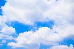 Niebieskie niebo z chmury tłem 1 zdjęcia royalty free