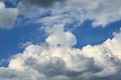 Niebieskie niebo z chmury tłem, kopia astronautycznym szablonem, chmurną wizerunek teksturą i wzorem, fotografia stock