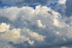 Niebieskie niebo z chmury tłem, kopia astronautycznym szablonem, chmurną wizerunek teksturą i wzorem, zdjęcia royalty free