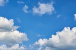 Niebieskie niebo z chmury tłem, kopia astronautycznym szablonem, chmurną wizerunek teksturą i wzorem, obrazy stock