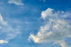 Niebieskie niebo z chmury tłem, kopia astronautycznym szablonem, chmurną wizerunek teksturą i wzorem, zdjęcie royalty free