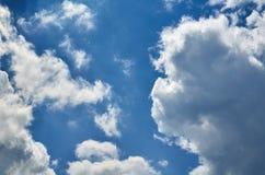 Niebieskie niebo z chmury tłem, kopia astronautycznym szablonem, chmurną wizerunek teksturą i wzorem, obraz stock