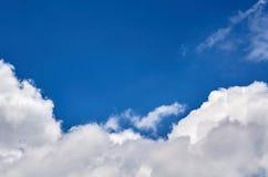 Niebieskie niebo z chmury tłem, kopia astronautycznym szablonem, chmurną wizerunek teksturą i wzorem, fotografia royalty free