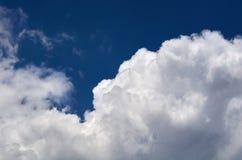 Niebieskie niebo z chmury tłem, kopia astronautycznym szablonem, chmurną wizerunek teksturą i wzorem, zdjęcie stock