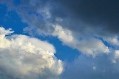Niebieskie niebo z chmury tłem, kopia astronautycznym szablonem, chmurną wizerunek teksturą i wzorem, obraz royalty free