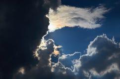 Niebieskie niebo z chmury tłem, kopia astronautycznym szablonem, chmurną wizerunek teksturą i wzorem, obrazy royalty free