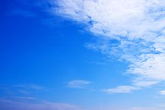 Niebieskie niebo z chmury tłem 171101 0004 Fotografia Royalty Free