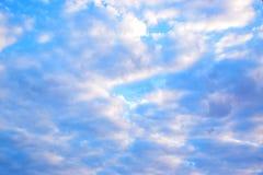 Niebieskie niebo z chmury tłem 171216 0004 Zdjęcia Stock