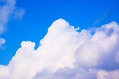 Niebieskie niebo z chmury tłem 171116 0068 Fotografia Stock