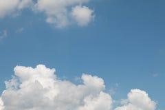Niebieskie niebo z chmury zbliżenia tłem Zdjęcia Royalty Free