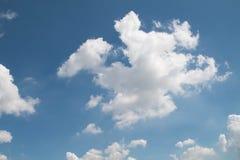 Niebieskie niebo z chmury zbliżenia tłem Zdjęcie Royalty Free