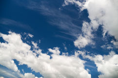 Niebieskie niebo z chmury zbliżeniem. Obrazy Royalty Free
