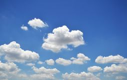 Niebieskie niebo z chmury zbliżeniem Obrazy Royalty Free