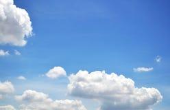 Niebieskie niebo z chmury zbliżeniem Obrazy Stock
