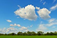 Niebieskie niebo z ciekawić chmury Fotografia Royalty Free