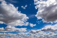 Niebieskie niebo z cumulus białymi chmurami Zdjęcia Stock