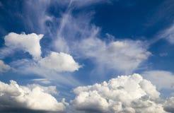 Niebieskie niebo z cumulusu bielem chmurnieje tło Obrazy Royalty Free