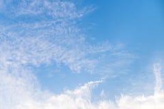 Niebieskie niebo z długą chmurą Obraz Royalty Free