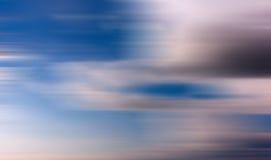 Niebieskie niebo z długim ujawnienie skutkiem fotografia royalty free