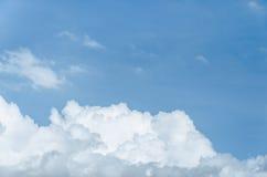 Niebieskie niebo z dużą chmurą fotografia stock