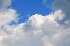 Niebieskie niebo z dużą chmurą i raincloud, sztuka natury piękna i odbitkowa przestrzeń obraz stock