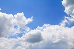 Niebieskie niebo z dużą chmurą i raincloud, sztuka natury piękna i odbitkowa przestrzeń fotografia royalty free