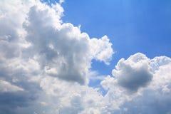 Niebieskie niebo z dużą chmurą i raincloud, sztuka natury piękna i odbitkowa przestrzeń fotografia stock