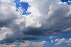 Niebieskie niebo z dużą chmurą i raincloud, sztuka natury piękna i odbitkowa przestrzeń zdjęcia royalty free