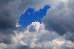 Niebieskie niebo z dużą chmurą i raincloud, sztuka natury piękna i odbitkowa przestrzeń zdjęcia stock