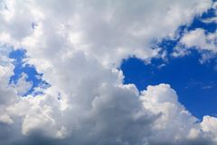 Niebieskie niebo z dużą chmurą i raincloud, sztuka natury piękna i odbitkowa przestrzeń obraz royalty free