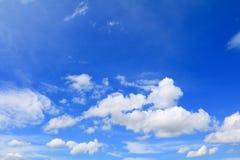 Niebieskie niebo z dużą chmurą i raincloud, sztuka natury piękna i odbitkowa przestrzeń zdjęcie royalty free