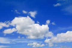 Niebieskie niebo z dużą chmurą i raincloud, sztuka natury piękna i odbitkowa przestrzeń obrazy royalty free