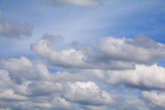 Niebieskie niebo z dużą chmurą i raincloud, sztuka natury piękna i odbitkowa przestrzeń zdjęcie stock