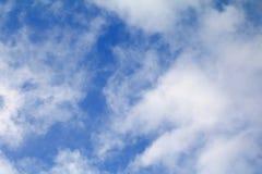 Niebieskie Niebo z dużą chmurą i raincloud, sztuka natury piękna i odbitkowa przestrzeń dla dodajemy tekst zdjęcie stock