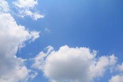 Niebieskie Niebo z dużą chmurą i raincloud, sztuka natury piękna i odbitkowa przestrzeń dla dodajemy tekst zdjęcia stock