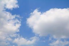 Niebieskie Niebo z dużą chmurą i raincloud, sztuka natury piękna i odbitkowa przestrzeń dla dodajemy tekst obrazy stock