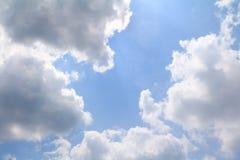 Niebieskie Niebo z dużą chmurą i raincloud, sztuka natury piękna i odbitkowa przestrzeń dla dodajemy tekst fotografia royalty free
