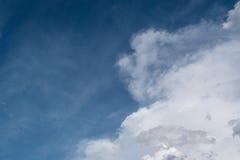 Niebieskie niebo z dużym obłocznym tłem zdjęcie royalty free