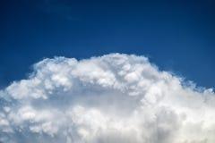 Niebieskie Niebo z Dużymi chmurami Obrazy Royalty Free