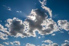 Niebieskie niebo z kędzierzawymi chmurami na letnim dniu Zdjęcie Stock