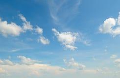 Niebieskie niebo z lekkimi chmurami zdjęcie stock