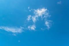 Niebieskie niebo z małymi chmurami Obrazy Royalty Free