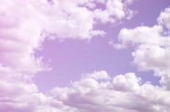 Niebieskie niebo z mnóstwo białymi chmurami różni rozmiary, forma ilustracja wektor