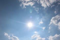 Niebieskie niebo z niektóre chmurnieje podczas dnia nad miasteczkiem Petrich w Bułgaria i słońce Zdjęcia Royalty Free
