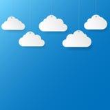 Niebieskie niebo z papierowymi chmurami. Obrazy Stock