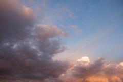 Niebieskie niebo z pomarańcze i koloru żółtego chmurami przy wschodu słońca zmierzchem Obraz Stock