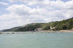 Niebieskie niebo z puszystym bielem chmurnieje Balchik seacoast Zdjęcie Royalty Free