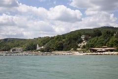 Niebieskie niebo z puszystym bielem chmurnieje Balchik seacoast Zdjęcia Royalty Free